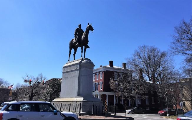 維州首府里奇蒙是南北戰爭南軍首府,市區到處是邦聯遺緒,這條紀念大道(Monument Ave.)上更是銅像林立,圖是該大道上的南軍要將「石牆」傑克森將軍銅像。(特派員許惠敏/攝影)