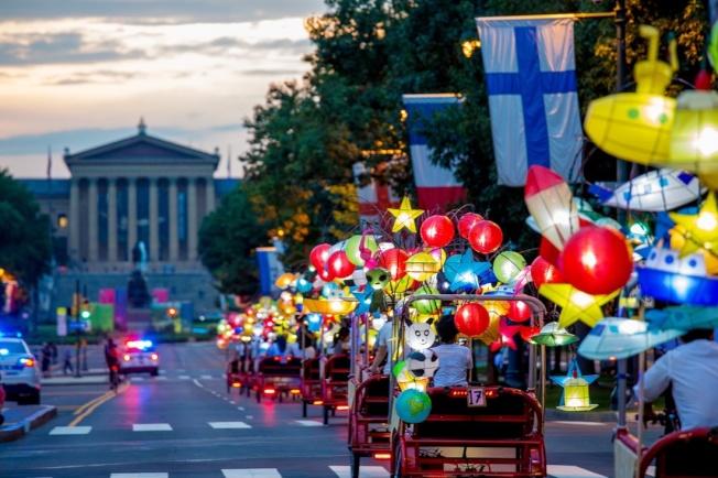 蔡國強使用燈籠與三輪車的組合來點亮本傑明‧富蘭克林大道。(Association of Public Art)
