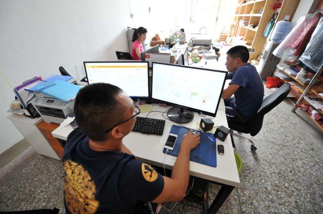 由10月8日起,中國各社交平台的群聊將由建群者和管理者負責,若群內出現違法信息,群主和成員或被列黑名單。(中新社)