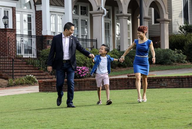 曾超漢(左)與妻子、兒子。(曾超漢提供)