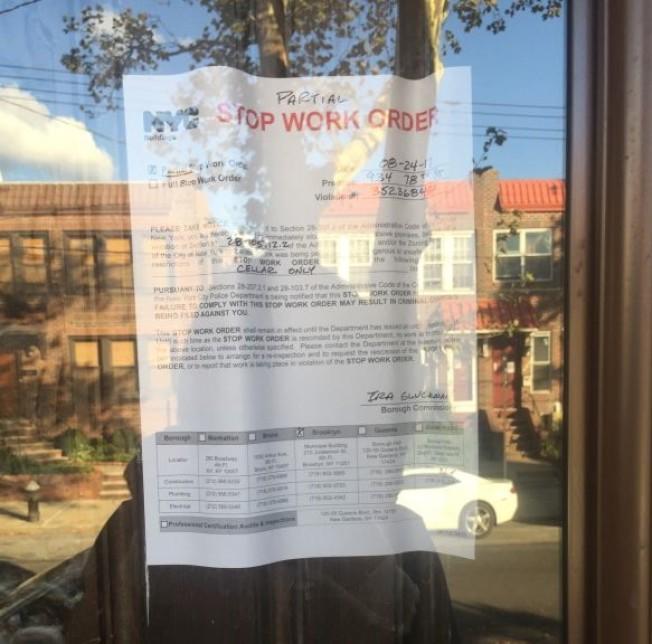 華人住宅涉非法改建,門前貼著被查封的通知。(記者黃伊奕/攝影)