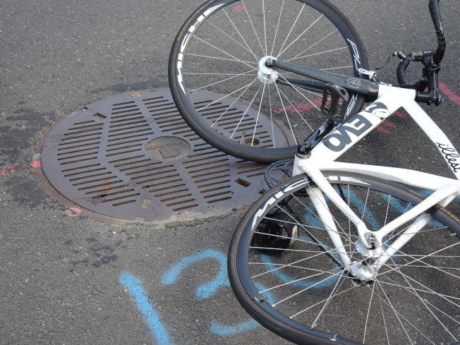 單車的輪胎被撞變形,地上有傷者流出來的血。(記者朱蕾/攝影)