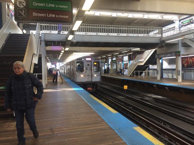 芝加哥捷運站日前發生一起乘客遭陌生人故意推落鐵軌的意外事件,警方呼籲民眾搭車時提高警覺。(記者董宇/攝影)