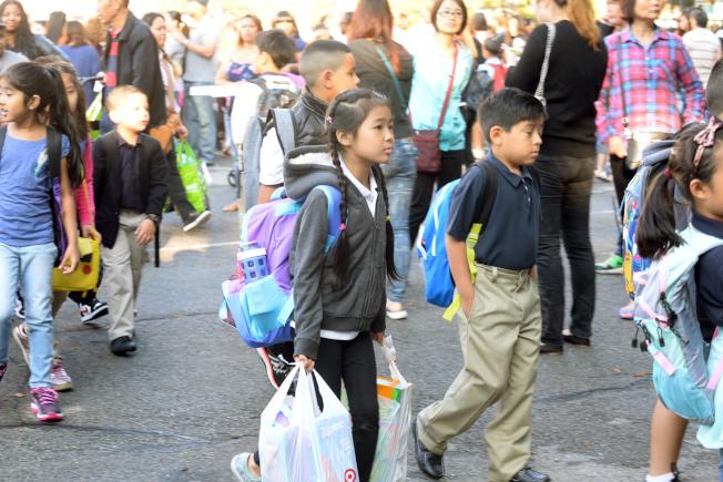 紐約市公校開學第一天,小學生背著沉重的書包、拎著大包文具上課。(記者朱澤人/攝影)