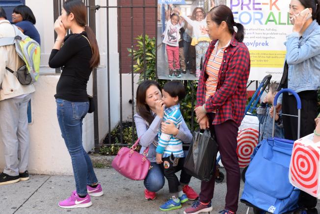家長送學前班孩子上學,依依不捨。(記者朱澤人/攝影)