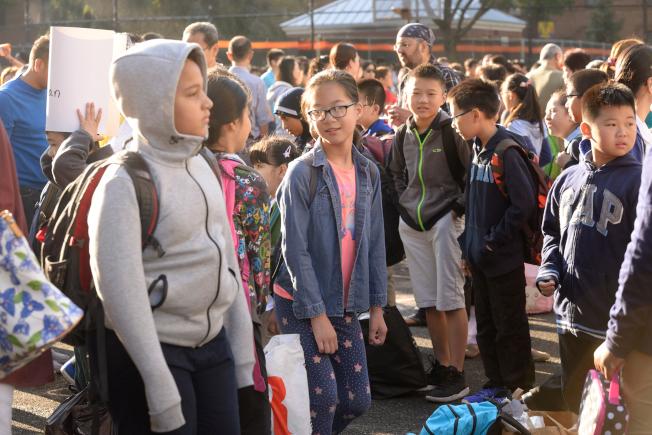 學童開學日見到同學,有說有笑。(記者朱澤人/攝影)