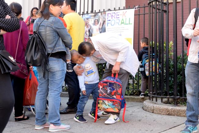 華裔家長送學前班孩子上學,不斷諄諄教誨。(記者朱澤人/攝影)