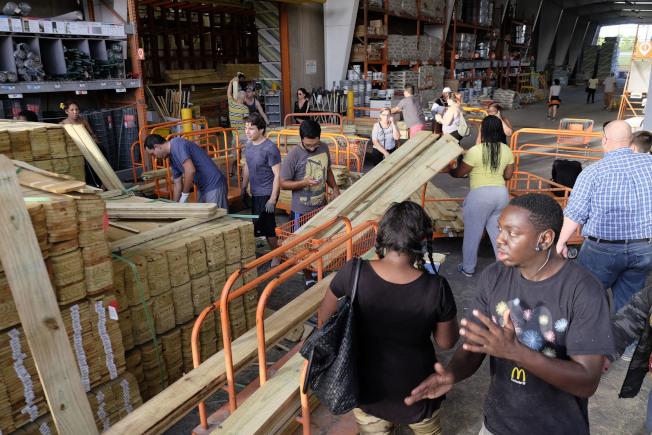 超強颶風厄瑪暴風圈範圍恐將吞噬整個佛羅里達州。圖為佛州居民到Home Depot採購為防災做好準備。美聯社