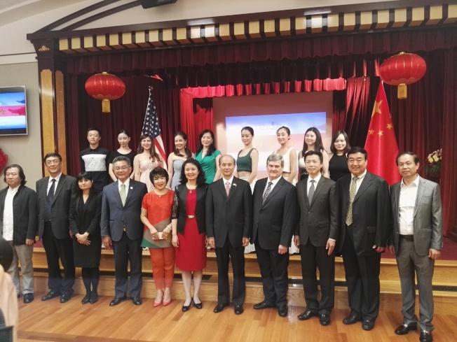 中國駐舊金山總領事羅林泉(右五)與出席第四屆「跨太平洋—中國藝術節」暨「山東文化周」開幕式的部分來賓合影。(記者黃少華/攝影)