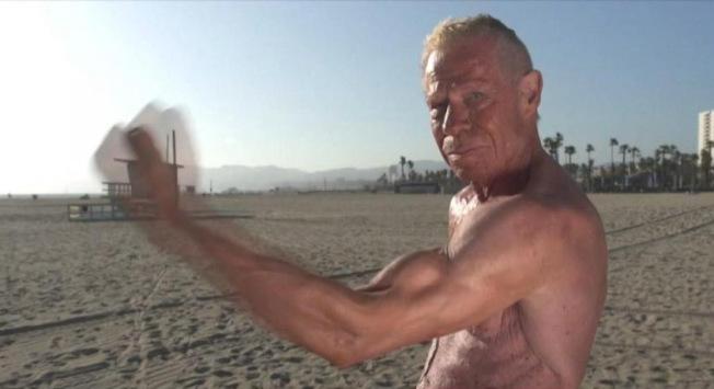 阿靈頓雖然已經高齡85歲,但硬朗體格可是一點都不輸給年輕人。