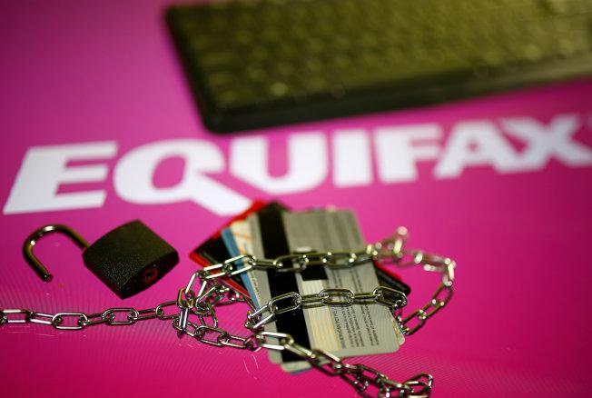Equifax被駭客攻入,就好像原本用鎖和鍊子保護的信用卡,突然被人開鎖,使個人資訊失去保障。(路透)