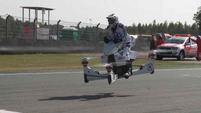 該公司老闆親自駕駛飛天摩托車。(取材自英國太陽報)
