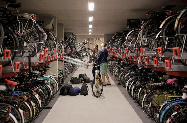 兩名自行車騎士將車停在這座停車場內。(路透)