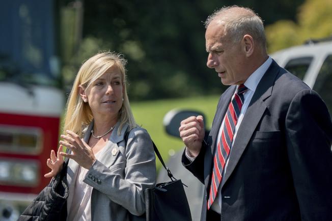 白宮幕僚長凱利(右)與副幕僚長尼爾森走過白宮南草坪。(美聯社)