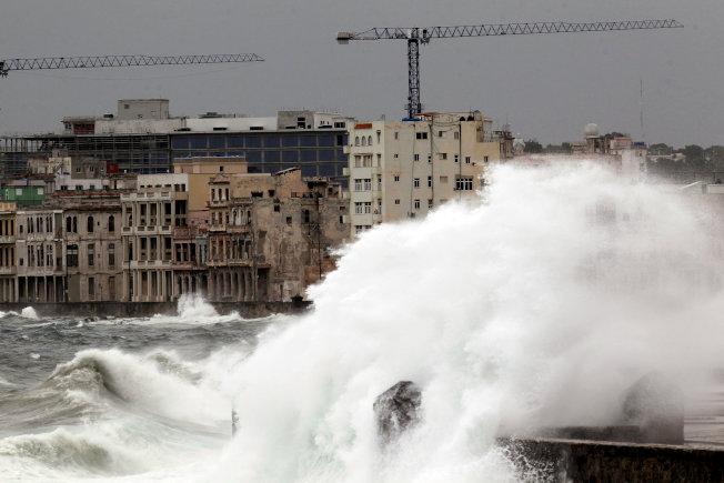 厄瑪挾強勁風雨直撲佛州,圖為厄瑪在古巴海岸掀起的大浪。(路透)