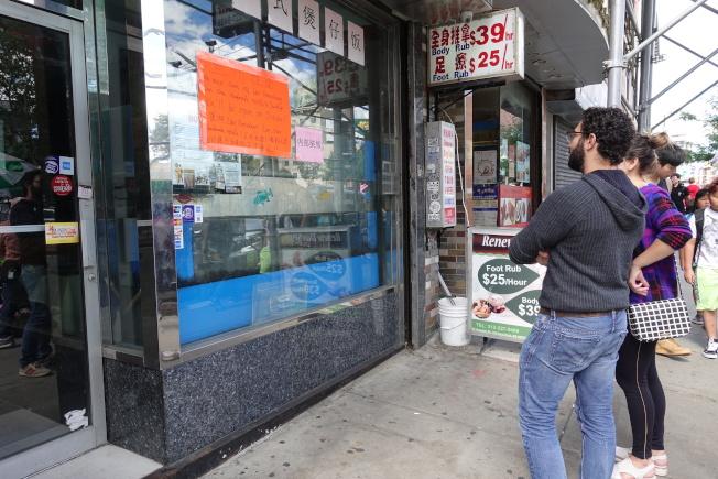 食客9日看到蘭州拉麵店面換址開張的消息,皆表示興奮。(記者金春香/攝影)