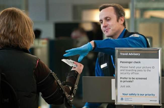 從明年1月22日起,美國有半數州的旅客登機時,需出示諸如護照的身分證件。(Getty Images)