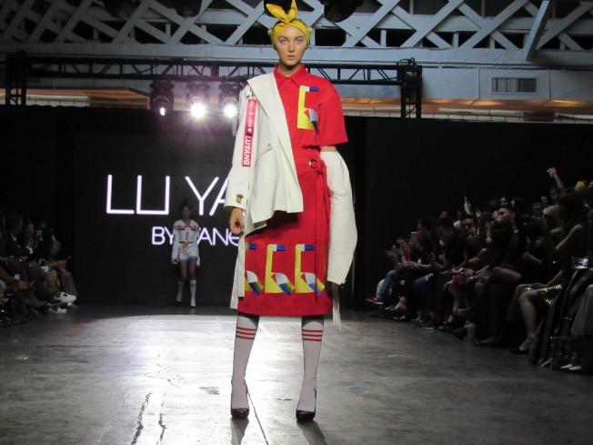 楊露本季設計使用大量的紅鶴圖案來傳達「愛」。(記者顏嘉瑩/攝影)