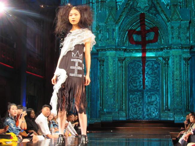 呂白的服裝有巨大中文字,他表示為好友賀軍翔的妻子設計。(記者顏嘉瑩/攝影)