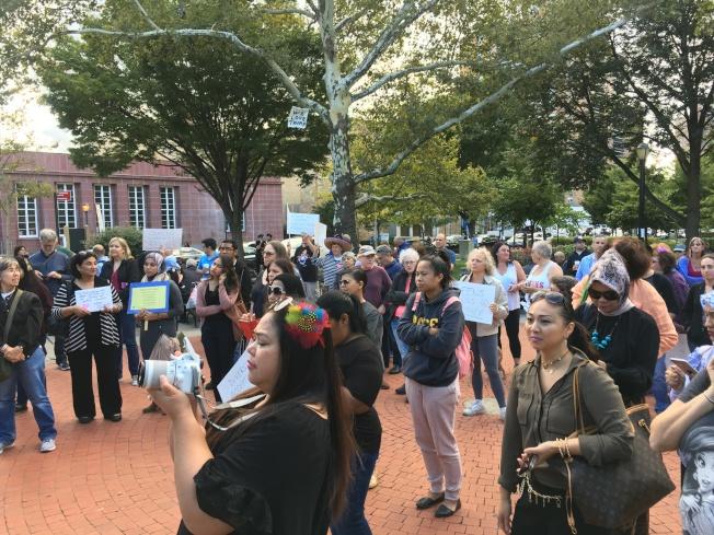 上百人9日在皇后區森林小丘麥當勞公園集會抗議DACA被廢,反對移民、種族、宗教等任何形式的歧視。(記者李碩/攝影)