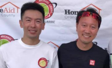 這兩位華裔網球好手英文都叫做Michael Chang,其中美國國家網球代表隊成員張聖揚(左)7月下旬才獲得「張德培經典網球賽」5.5級組冠軍,獲得張德培(右)親自頒獎。(張信義提供)
