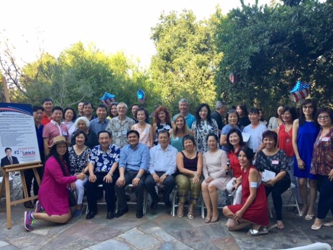 前聖瑪利諾市長林元清(前排左三)10日在家中舉辦餐會,支持華裔參選人羅經程(Calvin Lo,前排左四)競選聖瑪利諾市議員,聖瑪利諾現任市長孫國泰(前排左五)等200多人到場支持。(記者張宏/攝影)