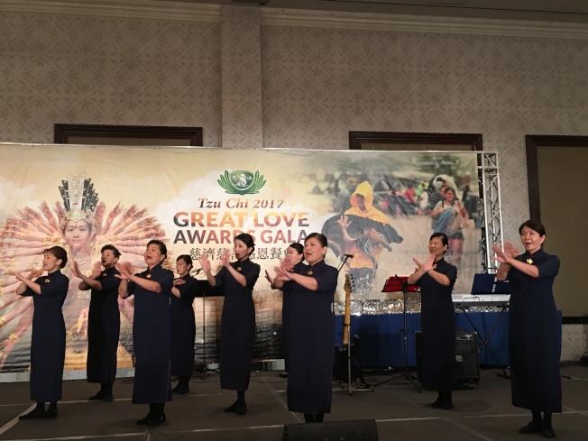 慈濟募款參會,志工歌舞表演。(記者張越/攝影)