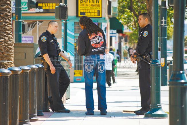 灣景區第三街沿線徒步巡邏警員人數將由二人增加至六人。(記者李秀蘭/攝影)