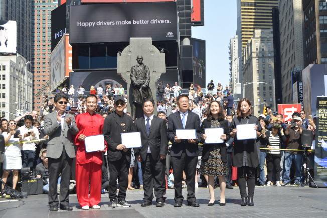 左起:中國駐紐約總領事館文化參贊李立言、陳思坦、李連杰、林漢明、吳廷貴、張玉萍等出席時報廣場活動。(記者俞姝含/攝影)