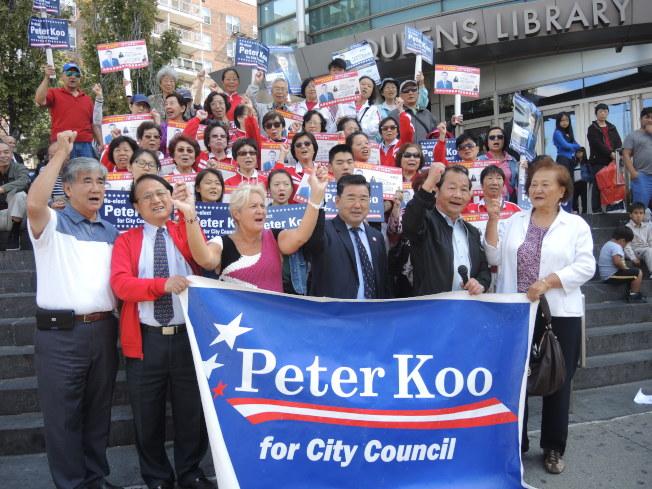 顧雅明的支持者為他競選連任造勢,前排左起依次為莊振輝、前台灣商會會長李金標、瓦茲凱茲、顧雅明、杜彼得、陳道英。(記者朱蕾/攝影)