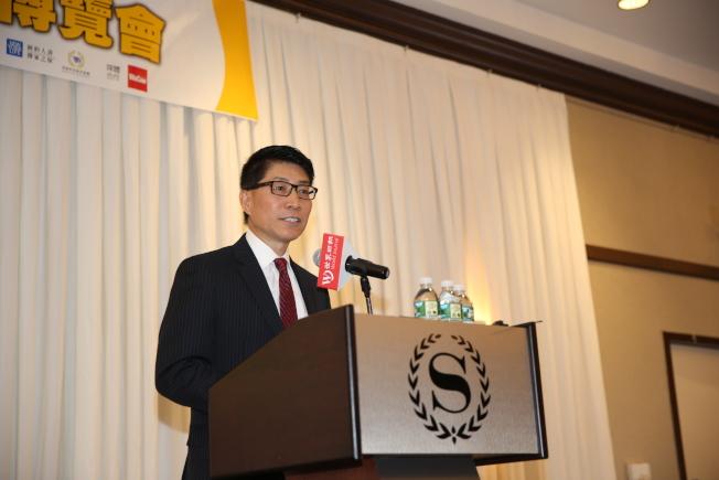 嚴利談華裔學生如何在申請大學中提高競爭力。(記者洪群超/攝影)