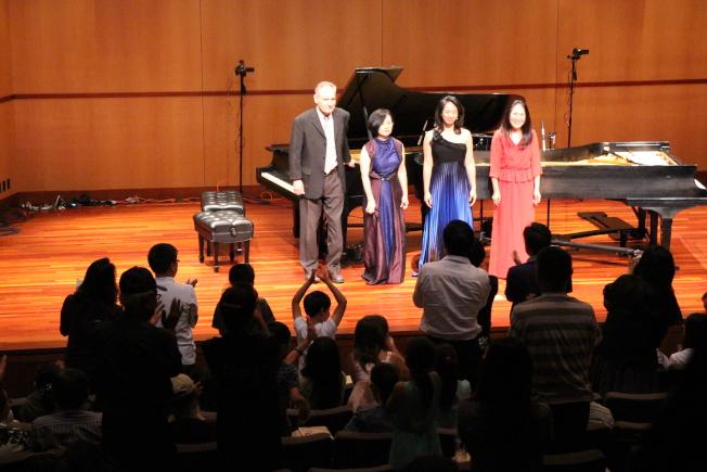 葉綠娜(左二)、魏樂富(左一)姚若華(右一)與王茜薇(右二)接受聽眾起立鼓掌。(記者張毓思/攝影)