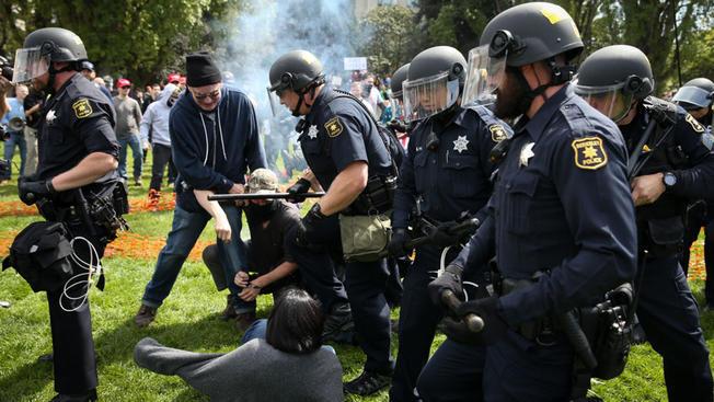 今年3月,右翼組織在柏克萊集會,導致左右兩派打鬥,圖為柏克萊警方正在制止雙方的打鬥。(Getty Images)