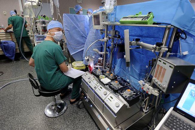 灌注師是在手術時負責操作心肺機的專業人員,對此類人才的需求很高。(Getty Images)