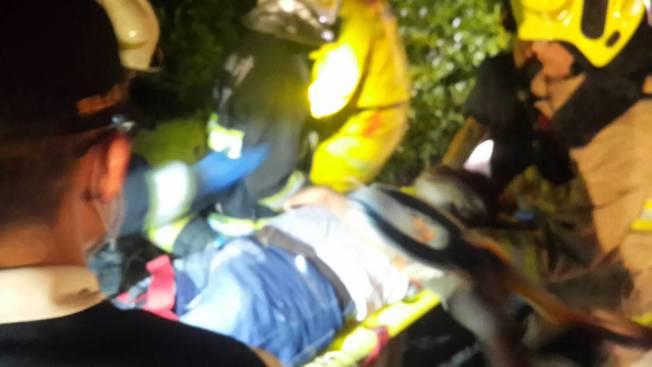 台灣國道一號北上岡山路段深夜發生重大車禍,大批警消救護人員趕往搶救。記者黃宣翰/攝影