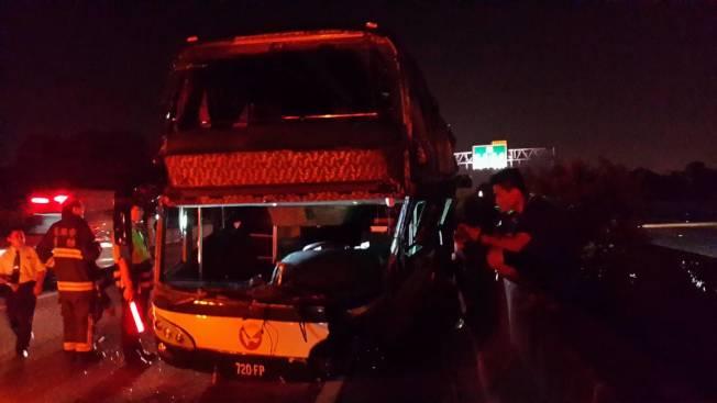 不慎撞及護欄的客運車。記者黃宣翰/攝影