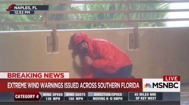 記者在狂風暴雨中播報風災,引發民眾質疑其必要性,圖為MSNBC記者10日在佛州報導厄瑪颶風。(美聯社)