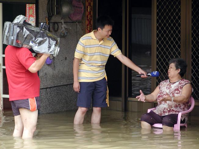 每年逢颱風季,都可以看到電視台記者在外立即實況轉播。(本報資料照片)
