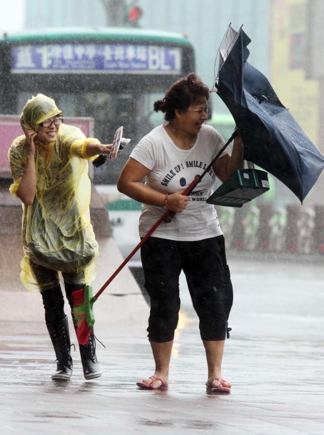 颱風天記者為了傳遞最新訊息給社會大眾,不畏風雨站上第一線。(本報資料照片)