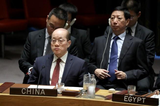 中國駐聯合國常任代表劉結一11日在安理會場商談。(Getty Images)