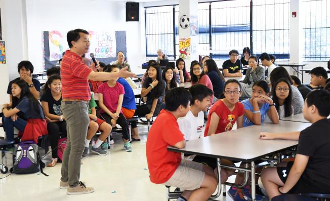 校長陳根雄(立者)在開學第一天對學生講話,並表揚參加全美作文比賽獲獎學生的優異表現。(記者謝慕舜/攝影)