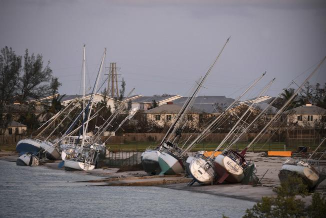 南佛州受損最慘重,位於佛羅里達島礁的遊艇東倒西歪,有些還被吹上岸。(美聯社)