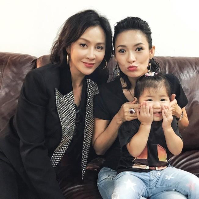 劉嘉玲、章子怡和醒醒聚會合照。(圖摘自Instagram)