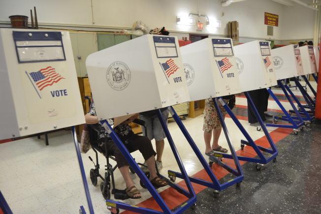 民主黨初選,華人踴躍投票 。(記者俞姝含/攝影)