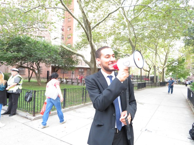 馬泰在下東城投票站附近拉票,呼籲選民為他投票。(記者陳小寧/攝影)