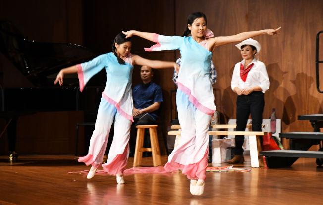 輕盈飛舞放風箏的女子,掀起音樂會緊湊音符的序幕。(記者謝慕舜/攝影)