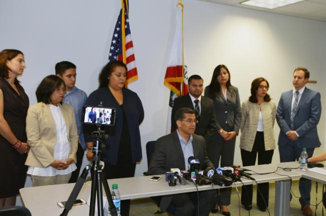 加州檢察長貝西拉(中)和移民代表呼籲申請DACA青年申請續延。(記者丁曙/攝影)