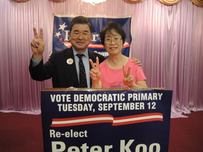 初選獲勝,顧雅明(左)和妻子(右)很開心。(記者朱蕾/攝影)