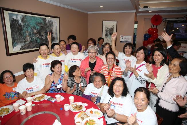 陳倩雯和支持者慶祝贏得初選。(記者洪群超/攝影)