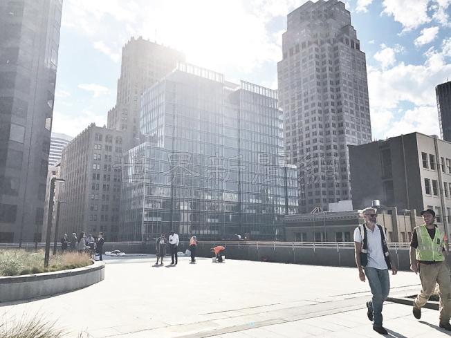 華埠聖瑪利公園新翼是建在商務大樓的屋頂,四周是金融區的高樓。(記者李秀蘭/攝影)